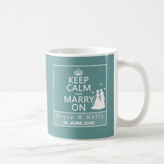 Guarde la calma y cásese en el boda lesbiano taza de café