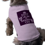 Guarde la calma y cásese en (el color adaptable) camiseta de perro