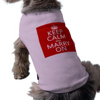 Guarde la calma y cásese en (todos los colores) playera sin mangas para perro