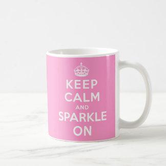 Guarde la calma y chispee encendido tazas de café