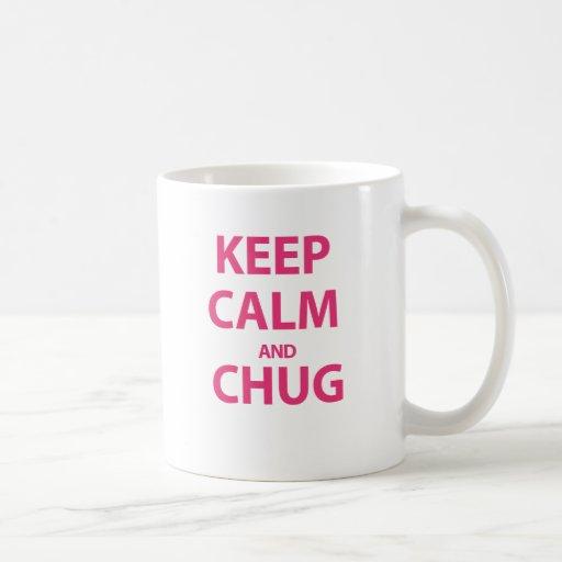 ¡Guarde la calma y CHUG!!! Taza Básica Blanca
