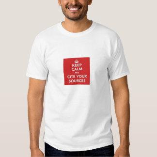 Guarde la calma y cite su camiseta de las fuentes remeras