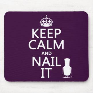Guarde la calma y clávela (el esmalte de uñas) mousepads