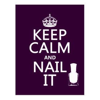Guarde la calma y clávela (el esmalte de uñas) postal