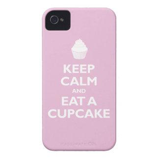 Guarde la calma y coma una magdalena (rosa clara) funda para iPhone 4 de Case-Mate