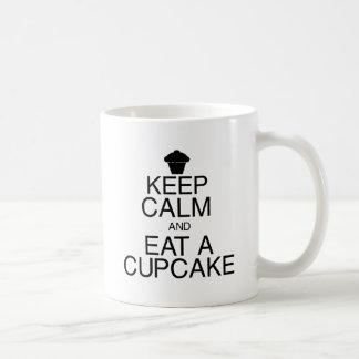 Guarde la calma y coma una magdalena taza de café