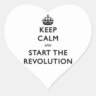 Guarde la calma y comience la revolución pegatina en forma de corazón