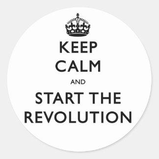 Guarde la calma y comience la revolución pegatina redonda