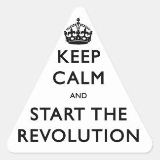 Guarde la calma y comience la revolución pegatina triangular