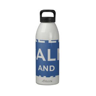 Guarde la calma y como mí los pulgares para arriba botellas de agua reutilizables