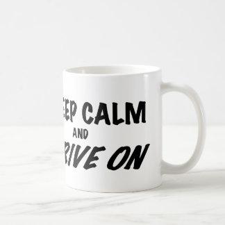 Guarde la calma y conduzca encendido taza clásica
