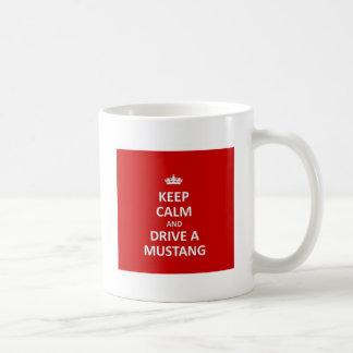 Guarde la calma y conduzca un mustango taza