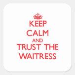Guarde la calma y confíe en a la camarera colcomanias cuadradases