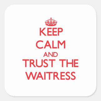 Guarde la calma y confíe en a la camarera pegatina cuadrada