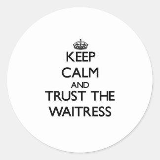 Guarde la calma y confíe en a la camarera pegatina redonda