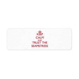 Guarde la calma y confíe en a la costurera etiqueta de remite
