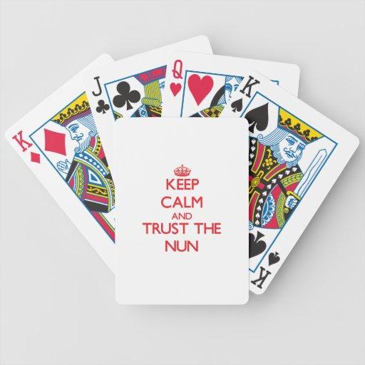 Guarde la calma y confíe en a la monja barajas de cartas