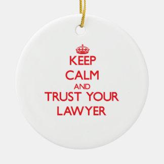 Guarde la calma y confíe en a su abogado adorno navideño redondo de cerámica