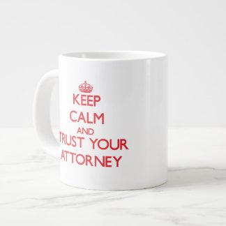 Guarde la calma y confíe en a su abogado taza de café gigante