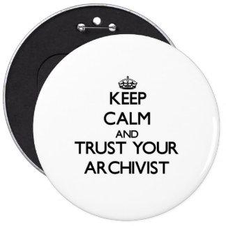 Guarde la calma y confíe en a su archivista pin redondo de 6 pulgadas