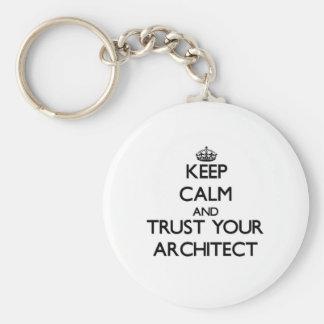 Guarde la calma y confíe en a su arquitecto llaveros personalizados