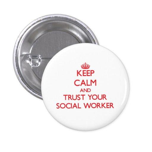 Guarde la calma y confíe en a su asistente social pin redondo de 1 pulgada