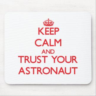 Guarde la calma y confíe en a su astronauta tapete de ratones