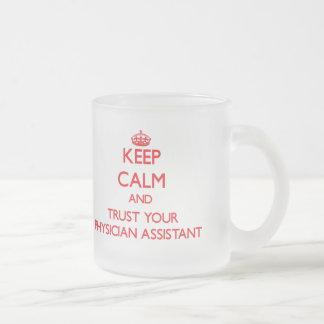 Guarde la calma y confíe en a su ayudante del taza de cristal