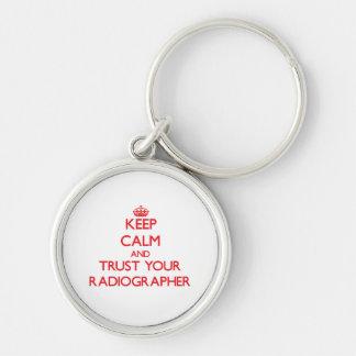 Guarde la calma y confíe en a su ayudante llavero redondo plateado