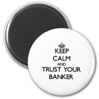 Guarde la calma y confíe en a su banquero imán redondo 5 cm