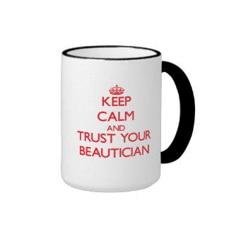 Guarde la calma y confíe en a su Beautician Taza De Café