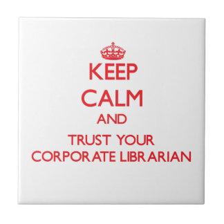 Guarde la calma y confíe en a su bibliotecario cor tejas