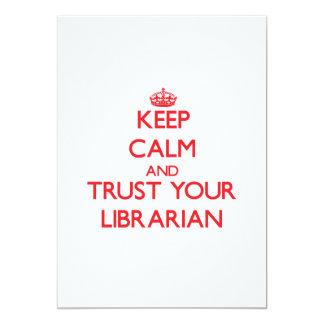 """Guarde la calma y confíe en a su bibliotecario invitación 5"""" x 7"""""""