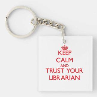 Guarde la calma y confíe en a su bibliotecario llavero cuadrado acrílico a una cara