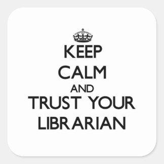 Guarde la calma y confíe en a su bibliotecario pegatina cuadrada