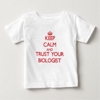Guarde la calma y confíe en a su biólogo tee shirts