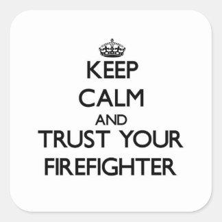 Guarde la calma y confíe en a su bombero calcomanías cuadradass