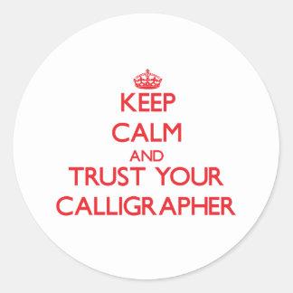 Guarde la calma y confíe en a su calígrafo pegatina redonda