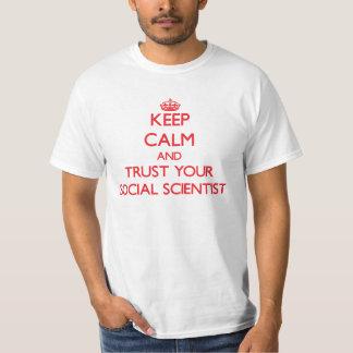 Guarde la calma y confíe en a su científico social remeras