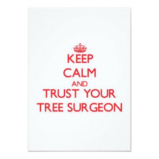 """Guarde la calma y confíe en a su cirujano de árbol invitación 5"""" x 7"""""""
