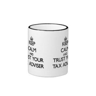 Guarde la calma y confíe en a su consejero de impu taza de café