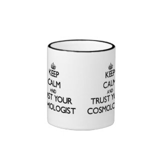 Guarde la calma y confíe en a su cosmólogo taza de café