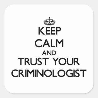 Guarde la calma y confíe en a su criminalista calcomanías cuadradass personalizadas