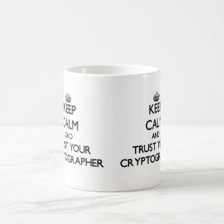 Guarde la calma y confíe en a su criptógrafo taza básica blanca