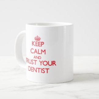 Guarde la calma y confíe en a su dentista taza jumbo
