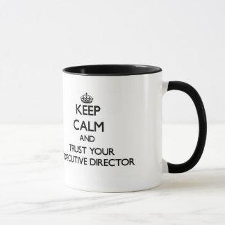 Guarde la calma y confíe en a su director taza