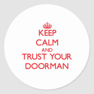 Guarde la calma y confíe en a su Doorman Pegatina Redonda