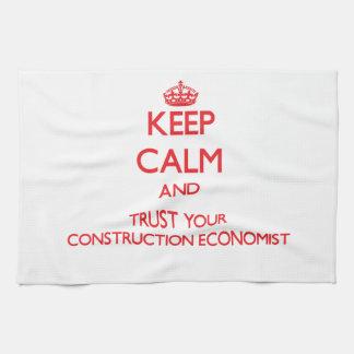 Guarde la calma y confíe en a su economista de la  toalla de mano