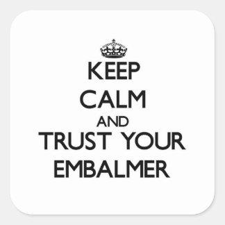 Guarde la calma y confíe en a su Embalmer Pegatina Cuadrada