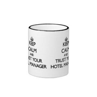 Guarde la calma y confíe en a su encargado de taza de dos colores